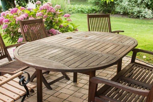 Comment traiter une table extérieure en bois?